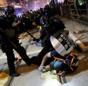 La Policía detiene a manifestantes en Hong Kong