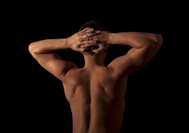 Hombre desnudo de espalda