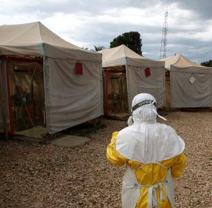 Un especialista lucha contra el ébola en África (archivo)
