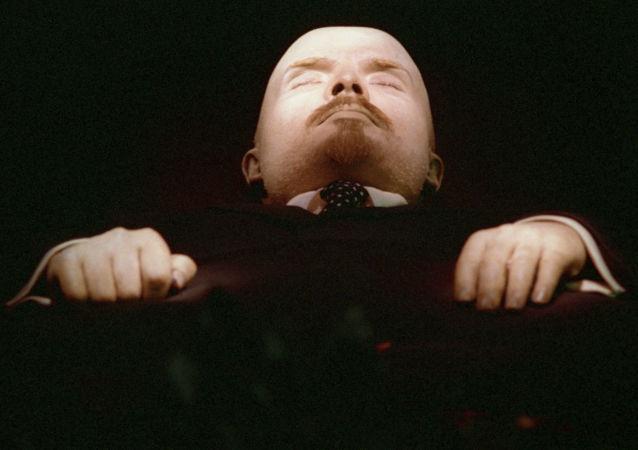El cuerpo embalsamado de Vladímir Lenin, en exposición en el interior de su mausoleo en la Plaza Roja