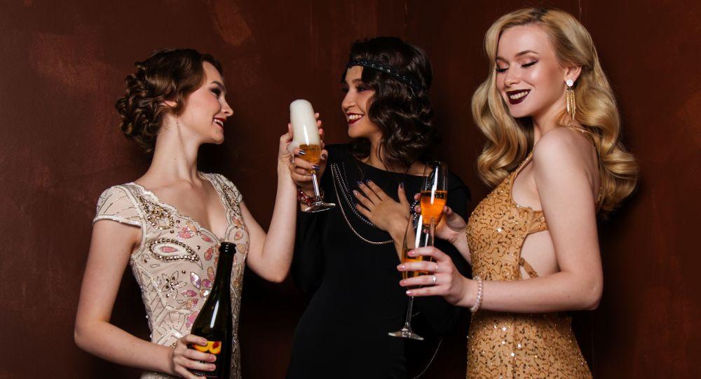 Unas mujeres toman el champán