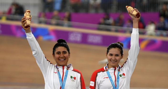 La mexicana Lizbeth Salazar y Jessica Bonilla celebran al ganar una bronce en ciclismo