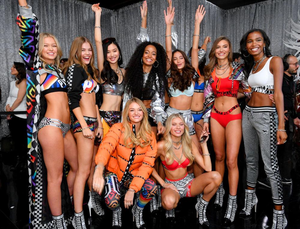 Las modelos posando entre los bastidores del Victoria's Secret Fashion Show el 8 de noviembre de 2018 en Nueva York.