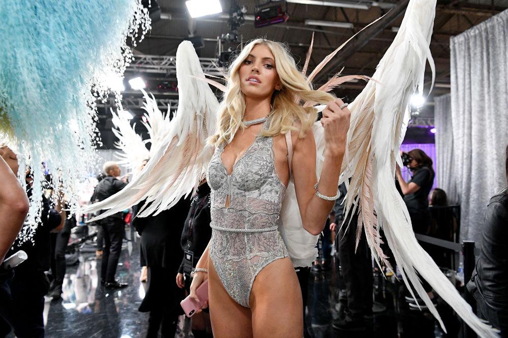 Devon Windsor posando entre los bastidores del Victoria's Secret Fashion Show el 8 de noviembre del 2018 en Nueva York.