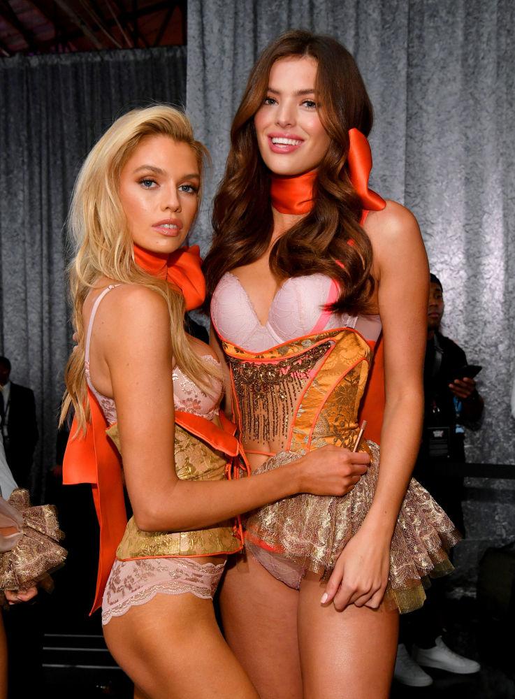 Stella Maxwell y Sofie Rovenstine posando entre los bastidores del Victoria's Secret Fashion Show el 8 de noviembre del 2018 en Nueva York.