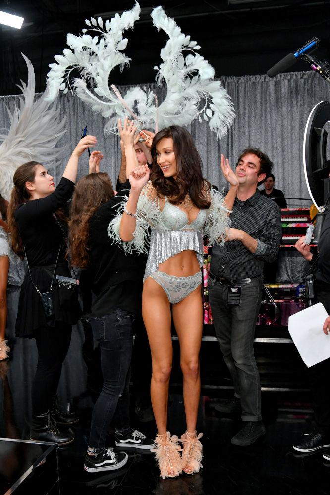 Bella Hadid posando entre los bastidores del Victoria's Secret Fashion Show el 8 de noviembre del 2018 en Nueva York.