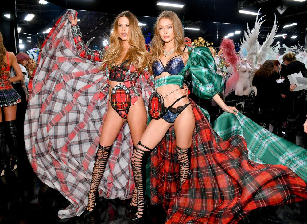 Behati Prinsloo y Gigi Hadid posando entre los bastidores del Victoria's Secret Fashion Show el 8 de noviembre del 2018 en Nueva York.