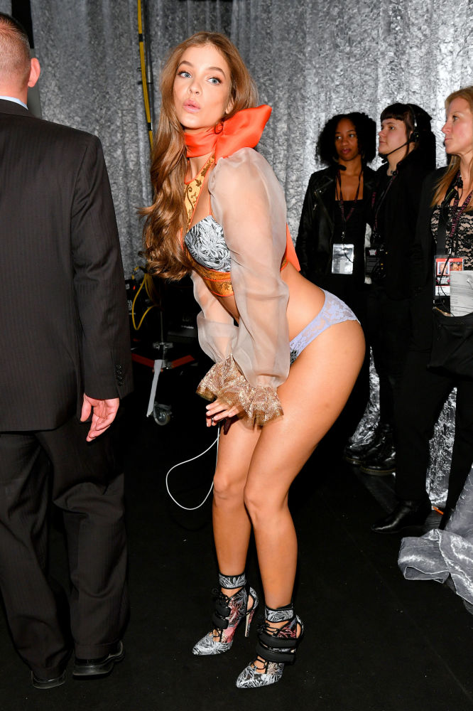 Barbara Palvin posando entre los bastidores del Victoria's Secret Fashion Show el 8 de noviembre del 2018 en Nueva York.