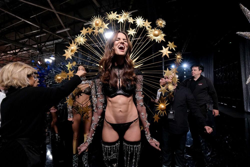 Barbara Fialho posando entre los bastidores del Victoria's Secret Fashion Show el 8 de noviembre del 2018 en Nueva York.