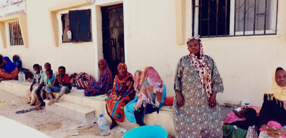 Mujeres sudanesas con sus hijos a la espera de saber si van a ser deportados