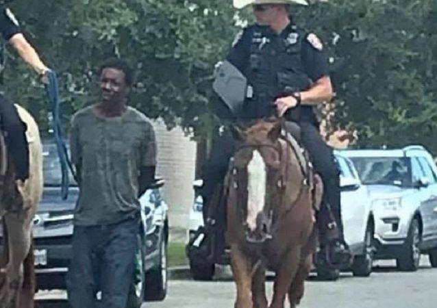 La Policía de la ciudad texana de Galveston (Estados Unidos) lleva a un detenido atado con una cuerda