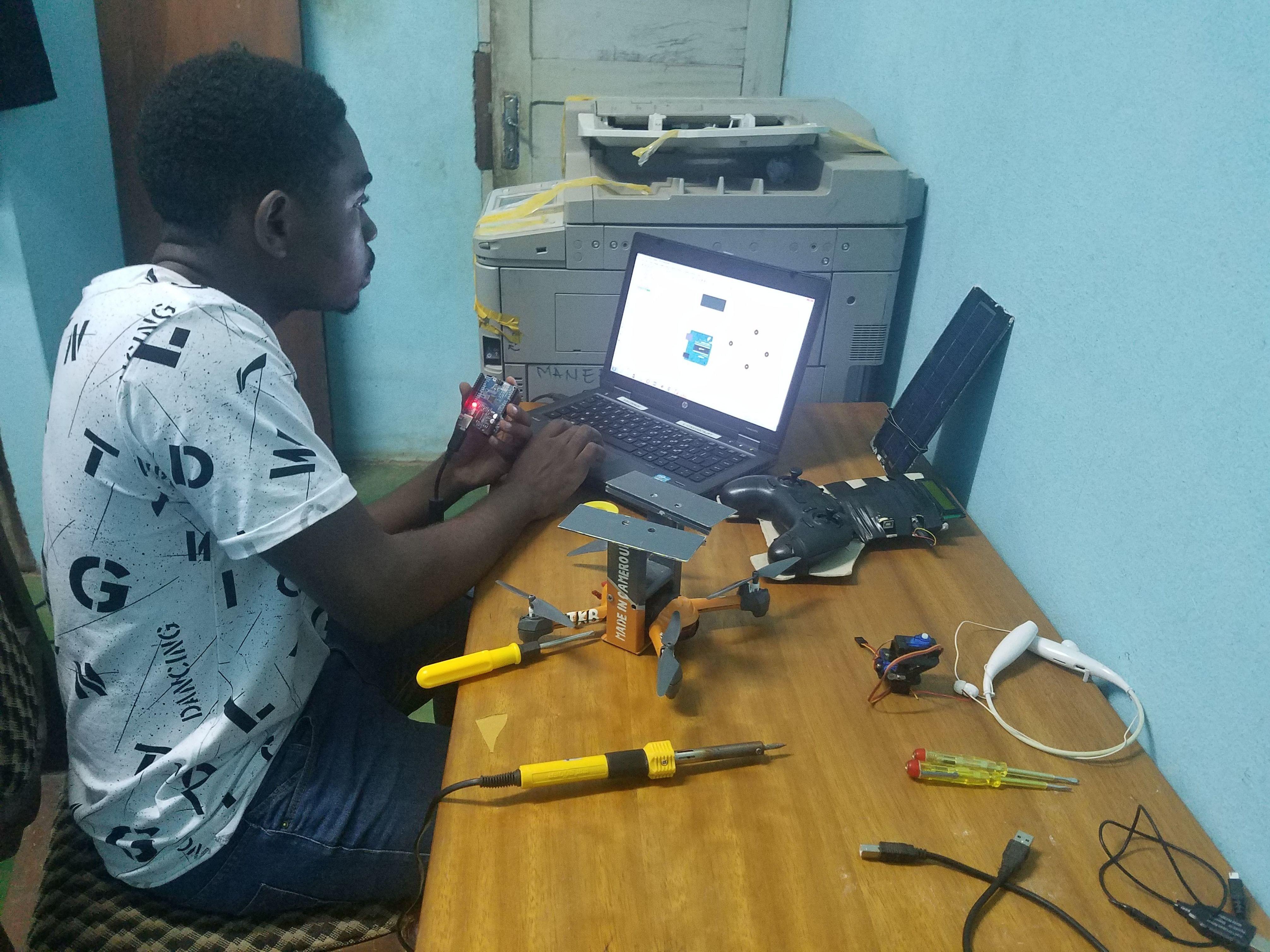 Borel Teguia trabaja en su dron solar