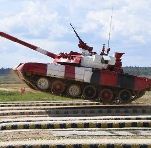 Un tanque T-80 en el biatlón de tanques