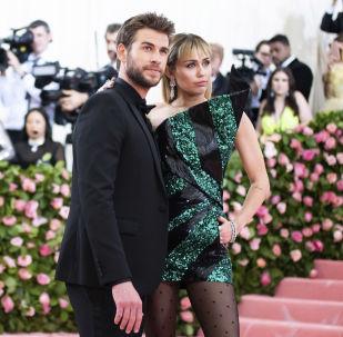 Miley Cyrus y Liam Hemsworth en MET Gala en 2019