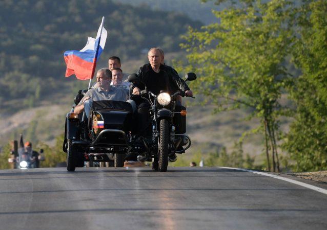 El presidente ruso, Vladímir Putin, llega en una moto a un espectáculo en Crimea