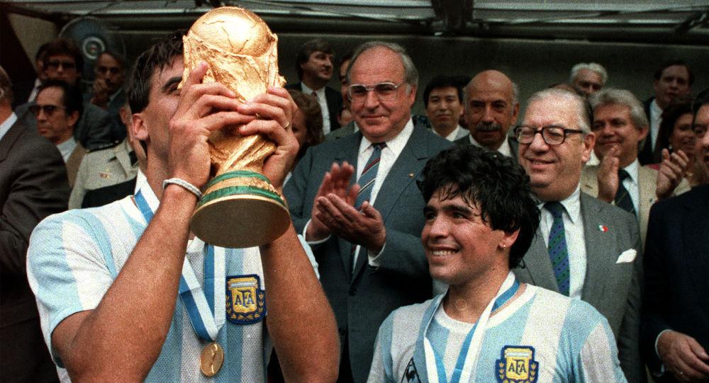 José Luis 'Tata' Brown celebra con Diego Maradona la victoria de Argentina en el Mundial México 1986