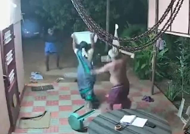 El poder de una chancla: una pareja de ancianos ahuyenta a dos ladrones de manera insólita