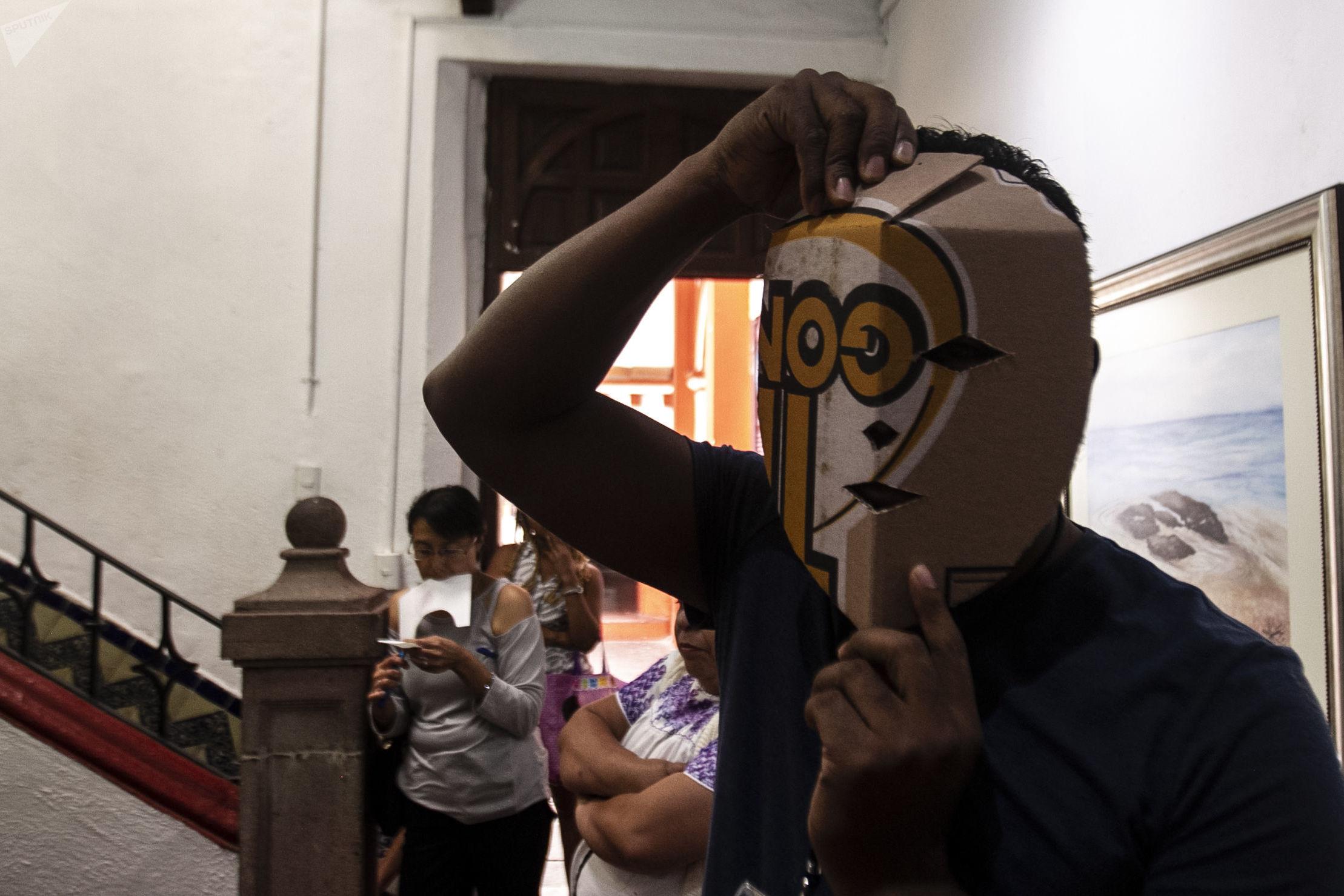 Hugo Arellanes maestro mascarero, durante un taller para fabricar mascaras de la danza 'Diablos de Cuajuinicuilapa' del Estado Guerrero