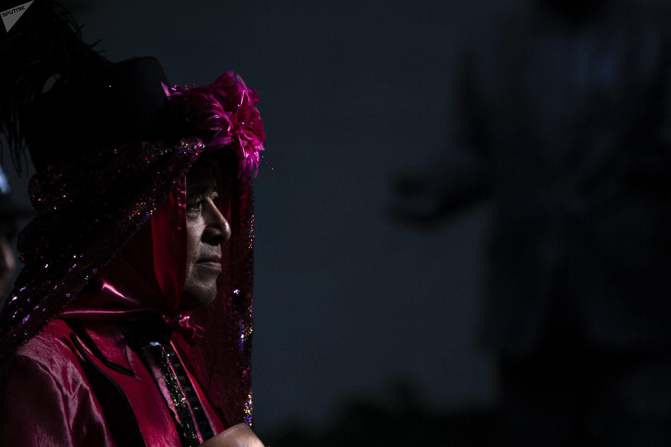 Asistente del tercer encuentro nacional de mascareros camina en la 'Casa de Cultura Jesús Reyes Heroles'