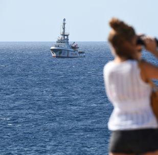 El barco de rescate de Open Arms en las aguas italianas