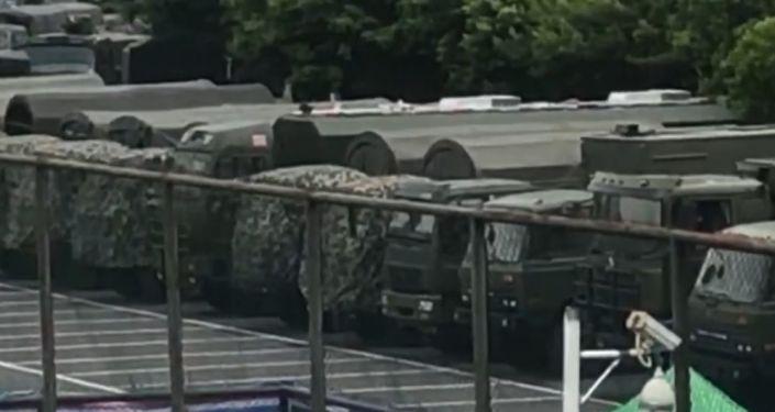 China concentra cientos de vehículos militares cerca de Hong Kong