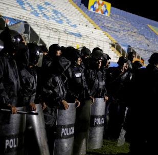 Policía hondureña en los disturbios previos al partido entre Olimpia y Moncagua en Tegucigalpa