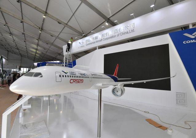 Maqueta del avión ruso-chino CR929 (archivo)