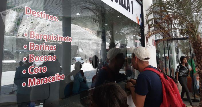 Las personas acuden a las taquillas a averiguar los precios y horarios de salida de los autobuses