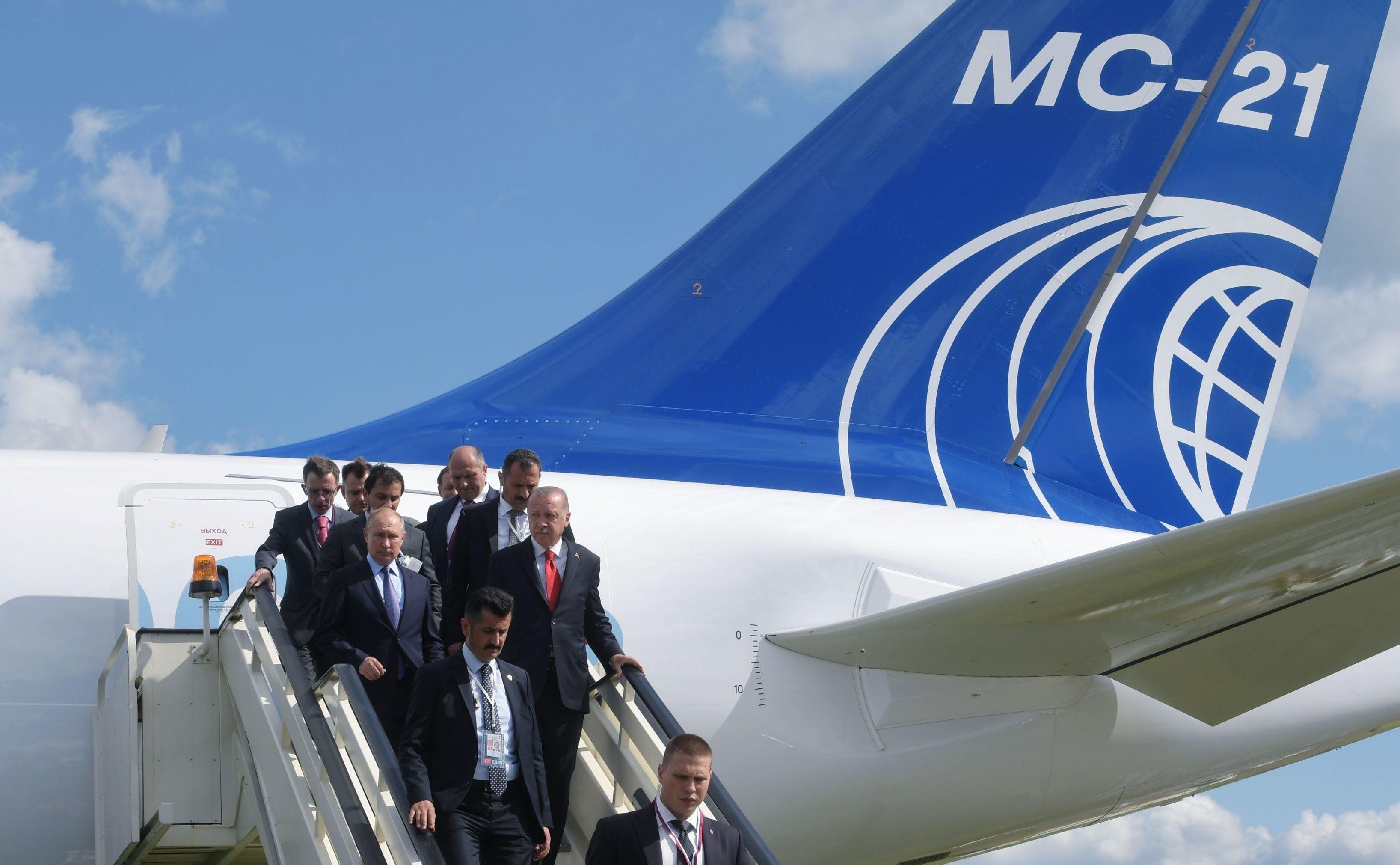 Putin y Erdogan examinan el nuevo MC-21