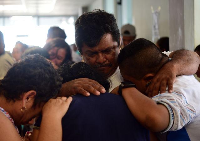 Familiares de los fallesidos tras el ataque al Bar Caballo Blanco en Veracruz (México), el 28 de agosto de 2019