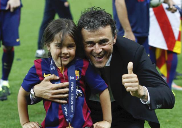 Luis Enrique celebra junto a su hija Xana el triunfo del FC Barcelona
