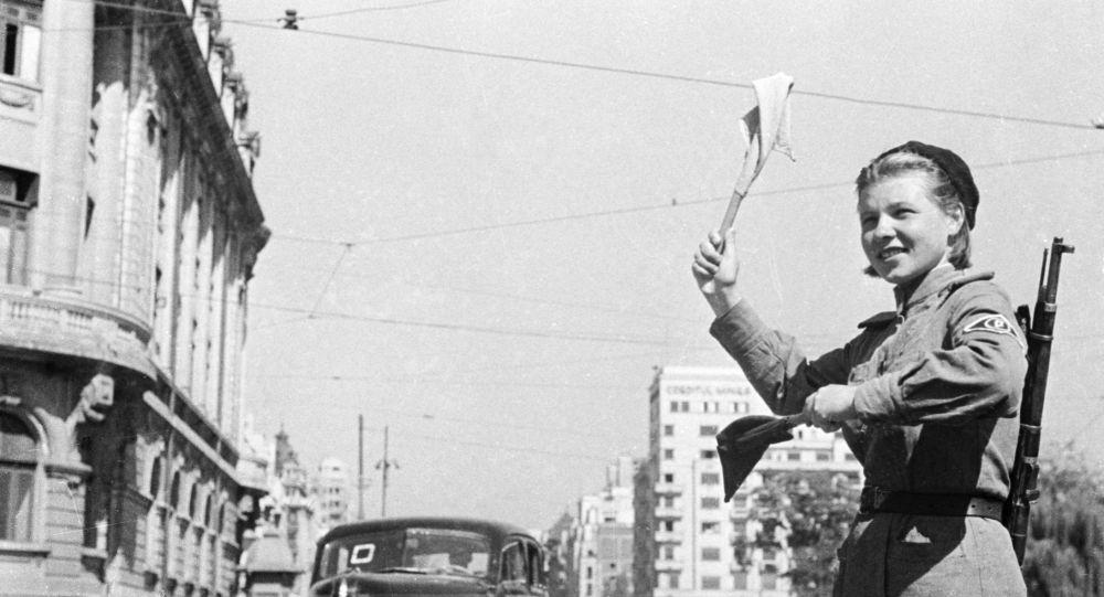 Una mujer soviética controla el tráfico en Bucarest