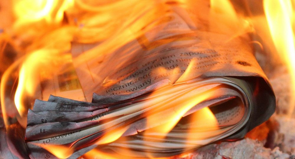 Un diario prendiéndose fuego (imagen referencial)