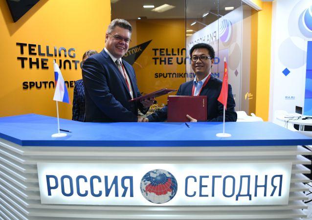 Vasili Pushkov, el responsable de cooperación internacional de Rossiya Segodnya, y Leo Lee, presidente de Huawei Consumer Business Group para Rusia y la región