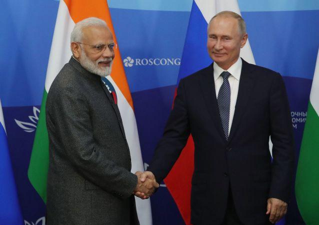 El primer ministro indio, Narendra Modi, y el presidente ruso, Vladímir Putin en el Foro Económico Oriental