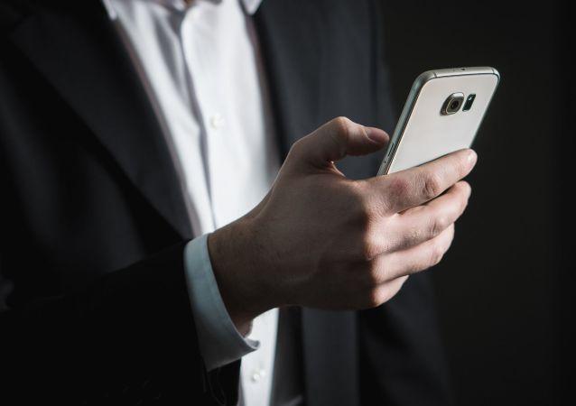 Un hombre con su teléfono