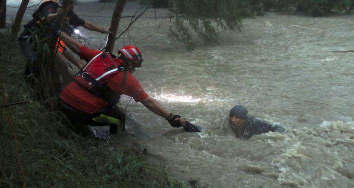 Los socorristas rescatan a una persona durante el el ciclón tropical Fernand, Guadalupe, México