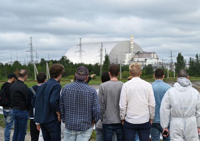 Los turistas observan el bloque 4 de Chernobil