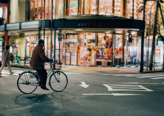 Hombre andando en bicicleta en Tokio