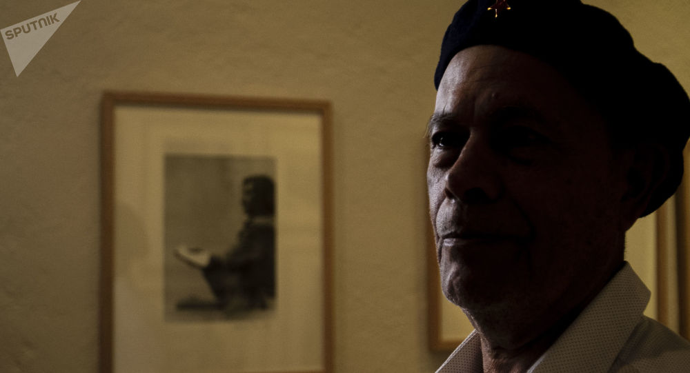 Rubén Pax, fotógrafo con más de 50 años de trayectoria muestra una de las fotos que más le gusta, llamada 'El Escribano', en el Museo de la Fotografía de la ciudad de México