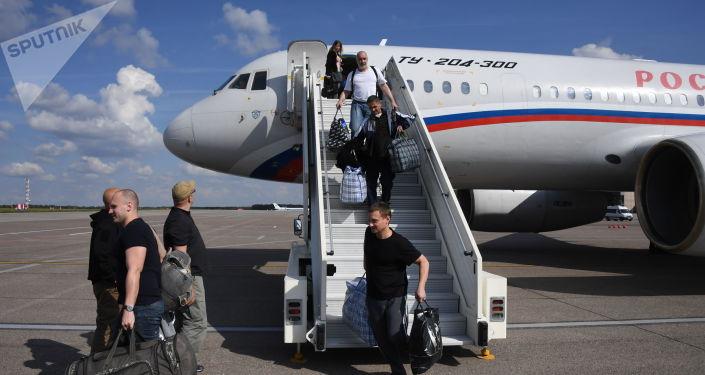 Los prisioneros rusos liberados arriban a Moscú