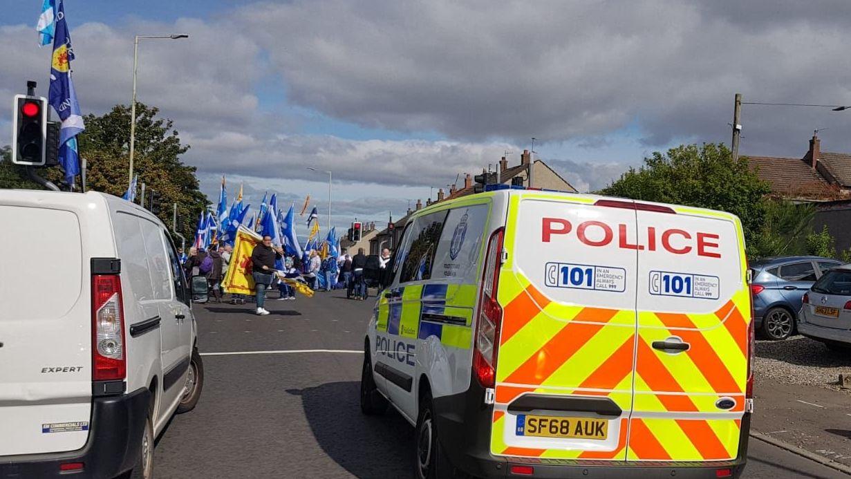 La Policía bloquea las carreteras de la ciudad escocesa de Perth durante una manifestación por la Independencia