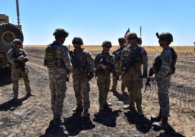 Militares turcos y estadounidenses en el primer patrullaje terreste de la zona de seguridad en Siria