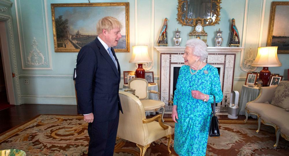 Boris Johnson, el primer ministro británico y la reina Isabel II