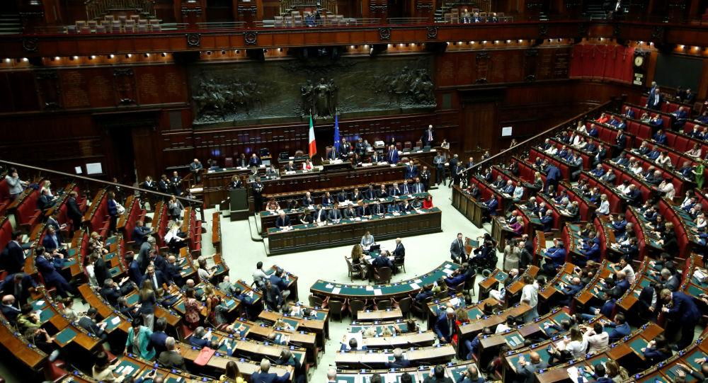 La c mara baja del parlamento italiano da el voto de for Lavorare al parlamento italiano