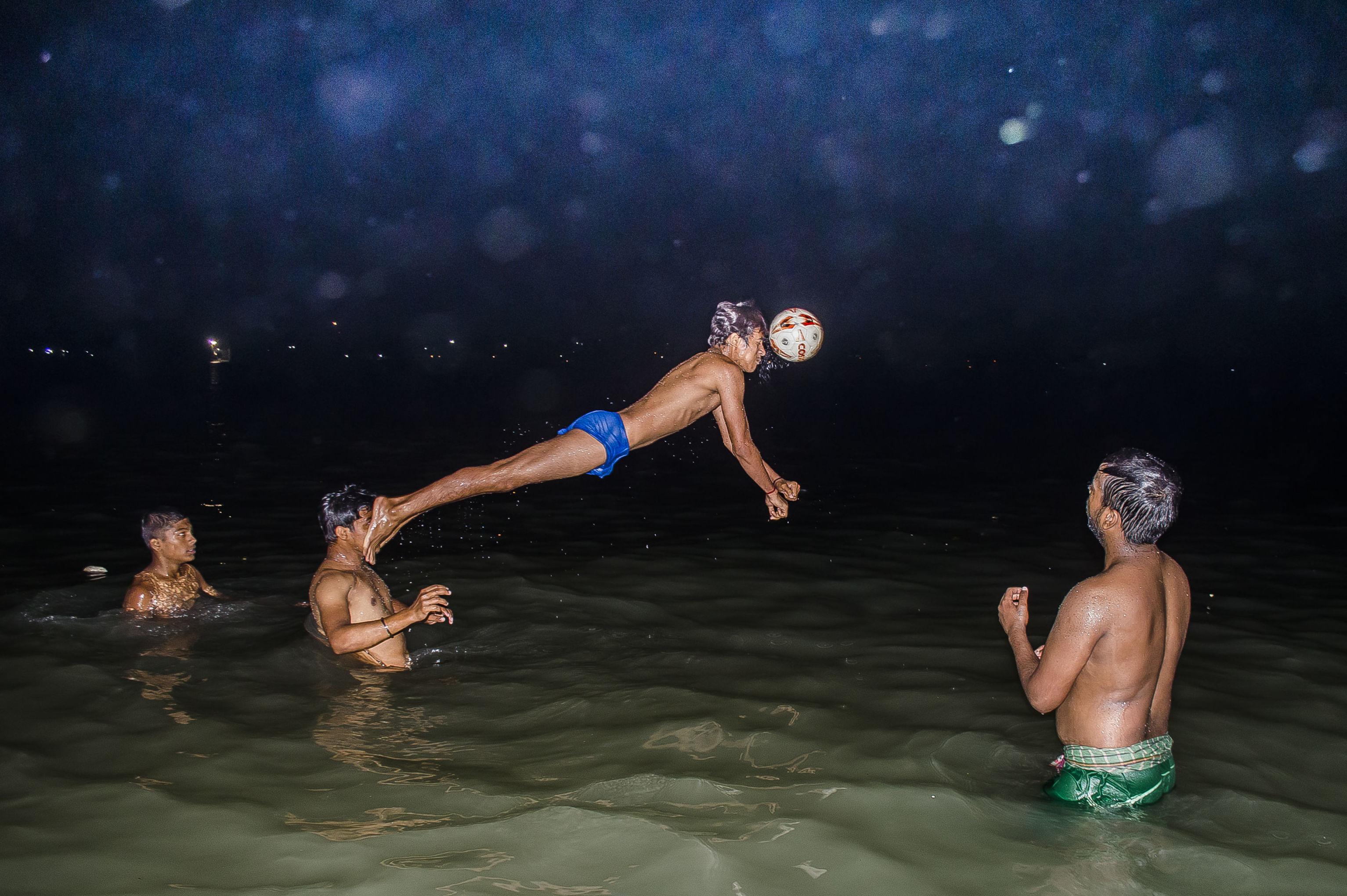 'Momento decesivo en la partida de polo acuático' por Ayanava Sil, la India. Primer puesto en la categoría 'Deporte'