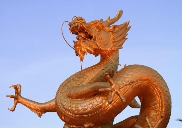 Una estatua de dragón china