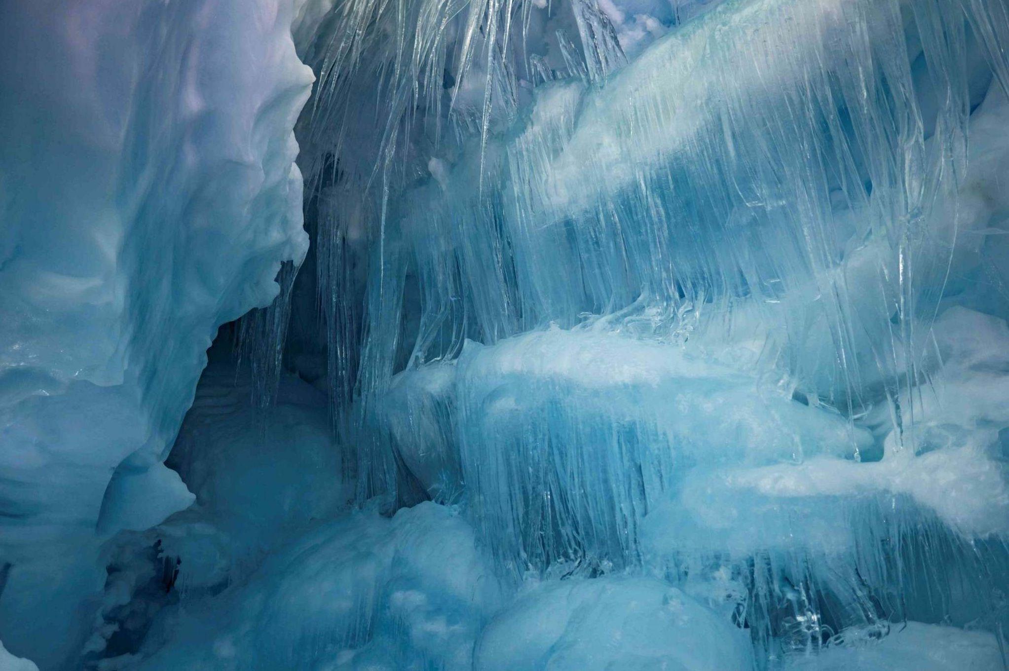 Dentro de la cueva cueva hay incluso un lago congelado
