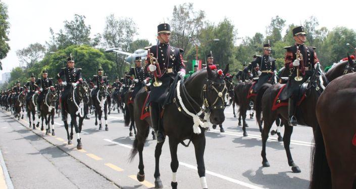 Caballería mexicana presente en el ensayo del desfile militar que se presentará en el Zócalo el 16 de septiembre