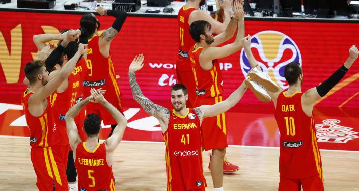 La selección española festeja su triunfo en la Copa Mundial de baloncesto